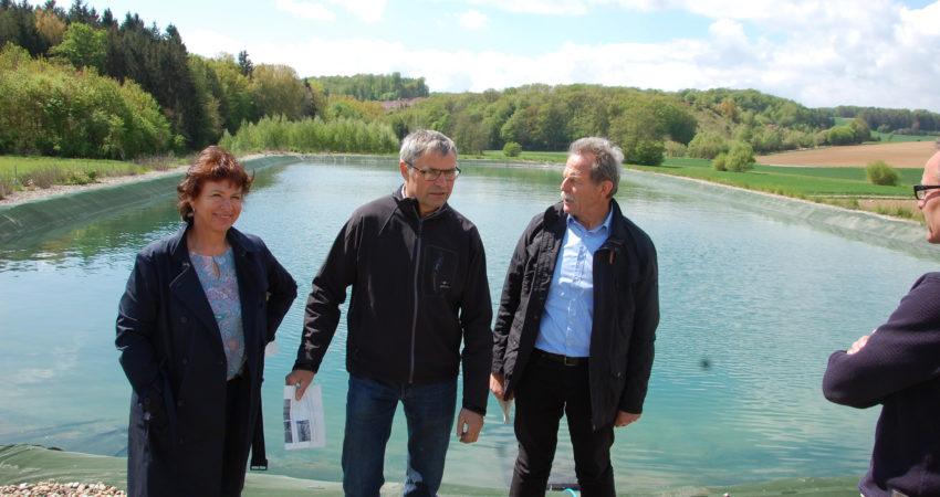 Der Biolandwirt und Chef der Firma Remlinger Rüben, Thomas Schwab, erklärt den Grünen Abgeordneten Gisela Sengl und Paul Knoblach (rechts) den Bau und die Funktion des Wasserspeichers.