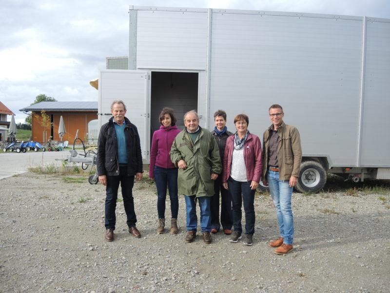 Grüne Delegation vor Schlachtbox in Leberfing