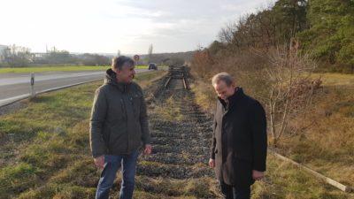 Kreisrat Thomas Vizl und MdL Paul Knoblach inspizieren das abgebaute Teilstück der Steigerwaldbahn zwischen Großlangheim und Etwashausen.