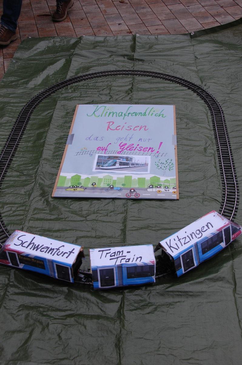 Symbolische Steigerwaldbahn auf der Pro-Steigerwaldbahn Demonstration vor dem Landratsamt Schweinfurt.
