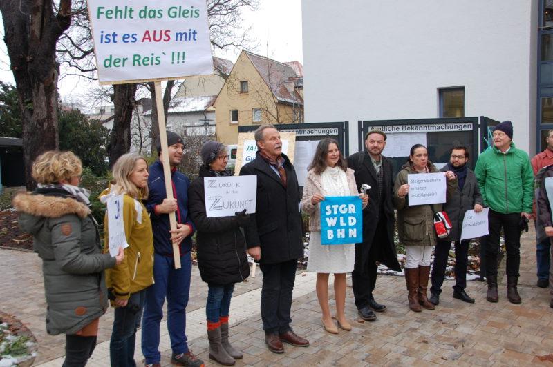 Pro-Steigerwaldbahn Demonstration vor dem Landratsamt Schweinfurt.